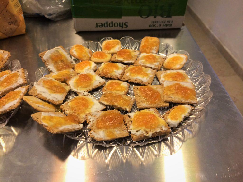 Crackers al sesamo con marmellata e caprino