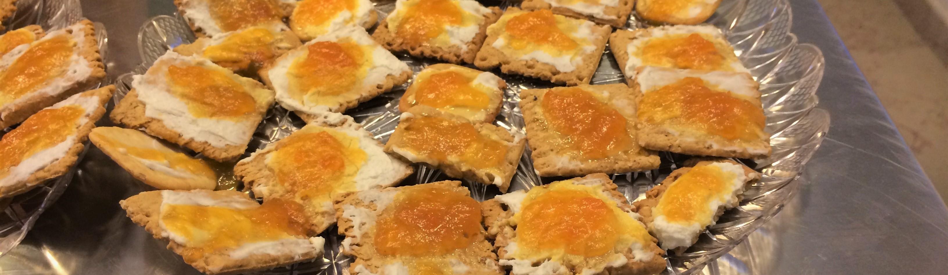 Crackers al sesamo con caprino e marmellata di papaya e maracujà