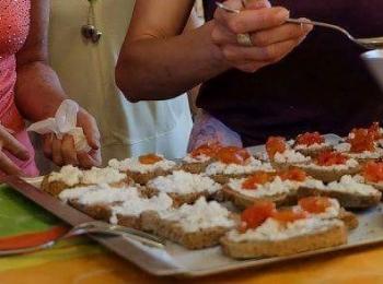 Confit di pomodori e semi di sesamo su crostini alla crema di caprino