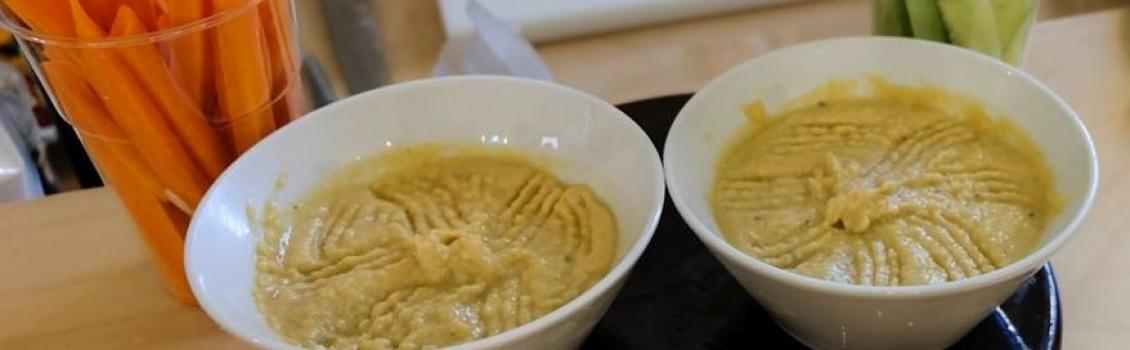 Crema di lenticchie rosse con anacardi e spezie su papad Urad Dal