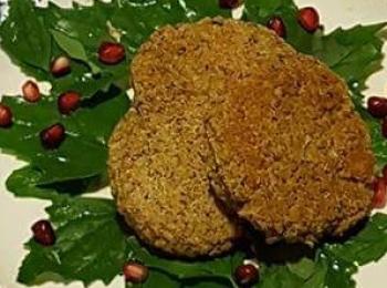 Schiacciatine di lenticchie e quinoa su insalata di chenopodio e melograno